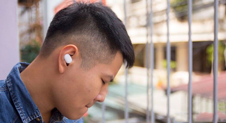 Xiaomi AirDots в ушах