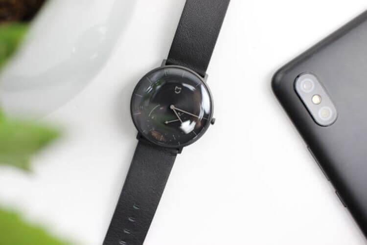 Часы Xiaomi Mijia SYB01 рядом со смартфоном