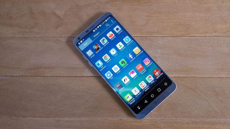 LG G6 на деревянном столе