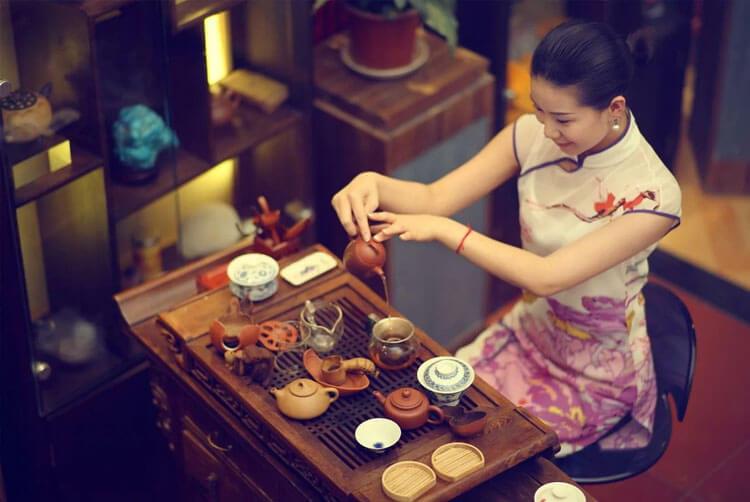 Китайка наливает чай Пуэр